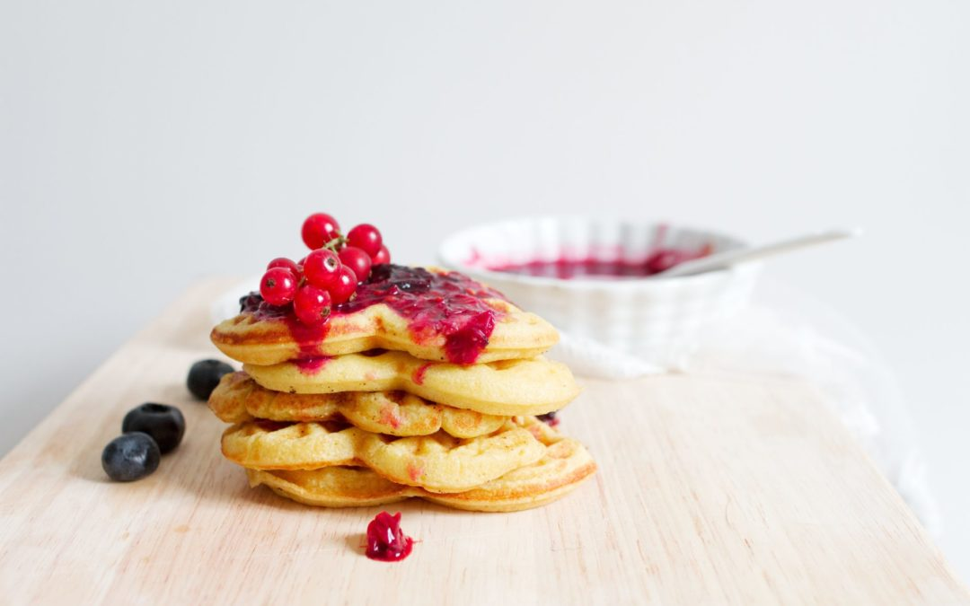 Pancakes aux myrtilles et crème fouettée